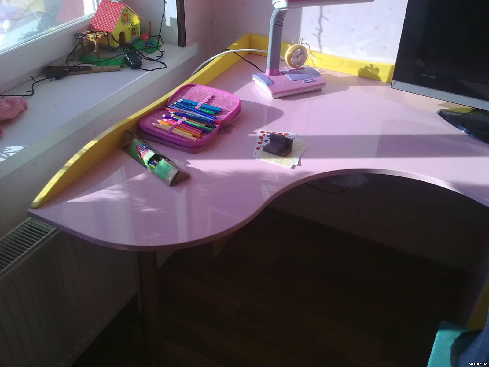 Угловой стол в детской.